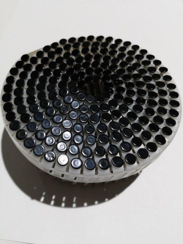Zwarte gekleurde nagels op rol